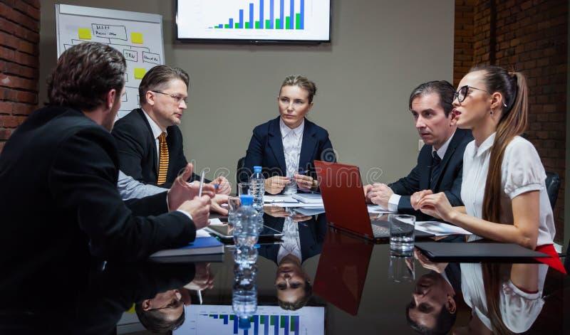 Εργαζόμενοι γραφείων που διοργανώνουν τη συνεδρίαση στοκ φωτογραφία