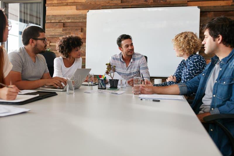 Εργαζόμενοι γραφείων που συναντιούνται σε μια αίθουσα συνεδριάσεων στοκ φωτογραφία με δικαίωμα ελεύθερης χρήσης
