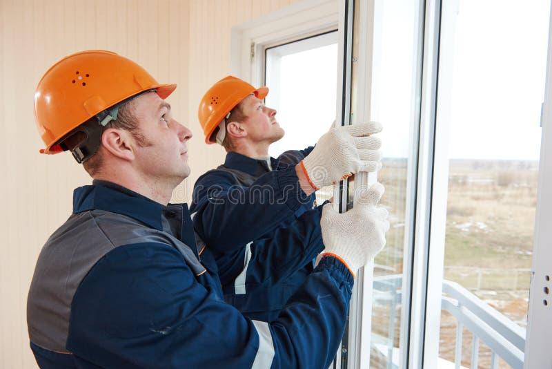 Εργαζόμενοι εγκαταστάσεων παραθύρων στοκ φωτογραφίες με δικαίωμα ελεύθερης χρήσης