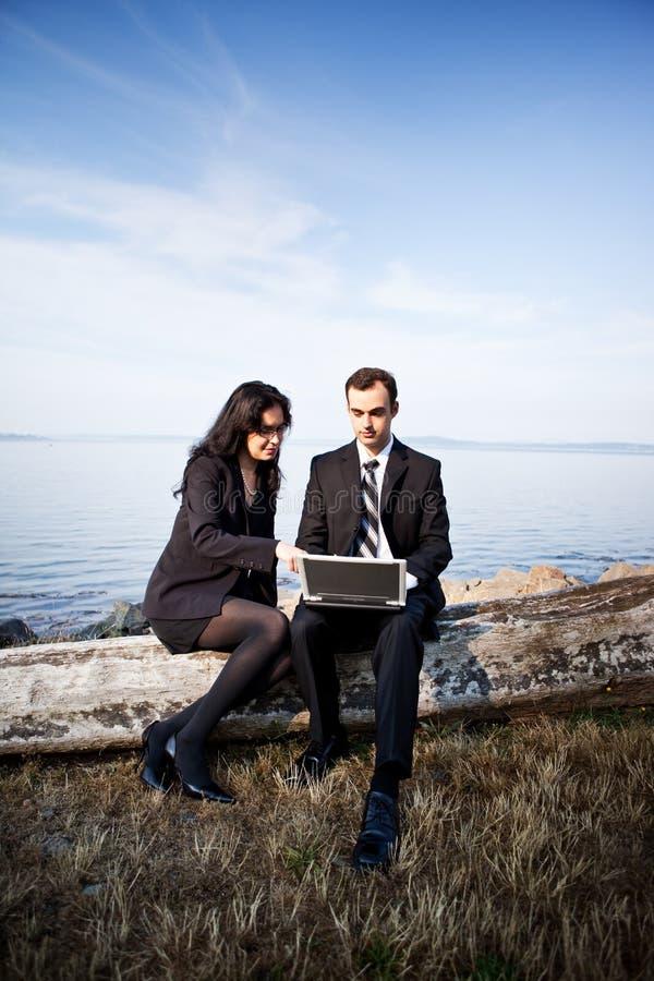 Εργαζόμενοι επιχειρηματίες στοκ φωτογραφία με δικαίωμα ελεύθερης χρήσης