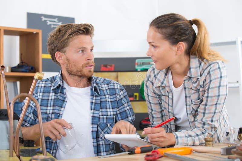 Εργαζόμενοι ζεύγους σε ομοιόμορφο στο εργαστήριο στοκ εικόνες