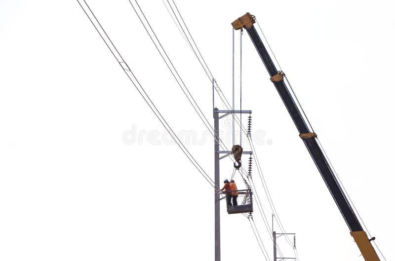 Εργαζόμενοι ηλεκτρολόγων μηχανικών στην επισκευή του ηλεκτρολόγου στοκ φωτογραφία