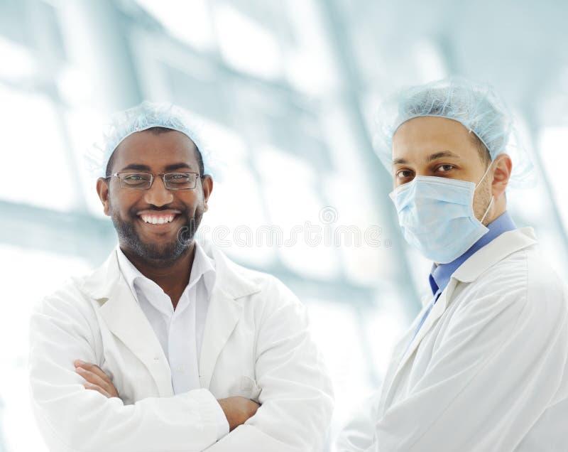 Εργαζόμενοι με τις άσπρες στολές στοκ φωτογραφία