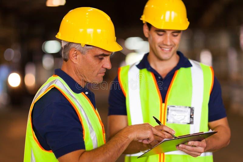 Εργαζόμενοι που ελέγχουν το απόθεμα στοκ εικόνες