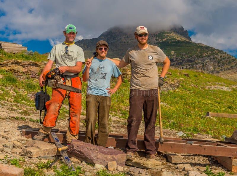 Εργαζόμενοι που καθορίζουν το εθνικό πάρκο παγετώνων ιχνών σανίδων στοκ φωτογραφία