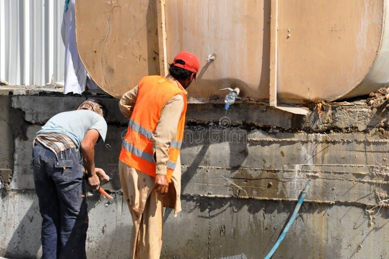 Εργαζόμενοι που καθορίζουν Watertank στοκ εικόνα με δικαίωμα ελεύθερης χρήσης