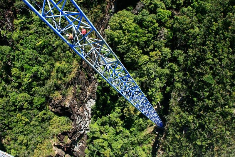 Εργαζόμενοι που ο ενισχυτικός πόλος, γέφυρα ουρανού στοκ εικόνες