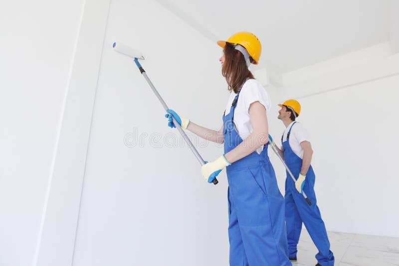 Εργαζόμενοι που χρωματίζουν τον τοίχο στοκ φωτογραφία με δικαίωμα ελεύθερης χρήσης