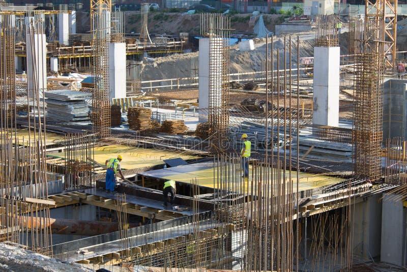 Εργαζόμενοι σε ένα εργοτάξιο οικοδομής στο Βουκουρέστι στοκ εικόνα με δικαίωμα ελεύθερης χρήσης
