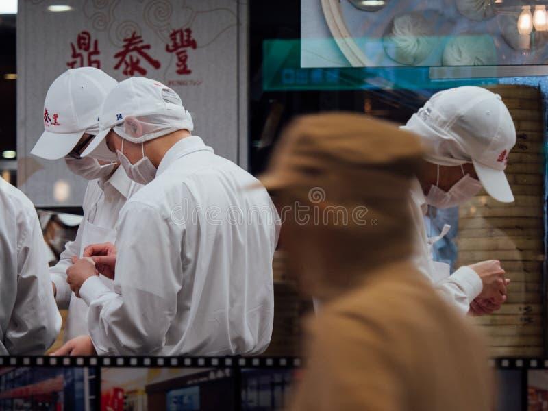 Εργαζόμενοι σε μια κουζίνα που κατασκευάζει το xiaolongbao ή τις βρασμένες στον ατμό μπουλέττες στο εστιατόριο DIN Tai Fung στοκ φωτογραφίες