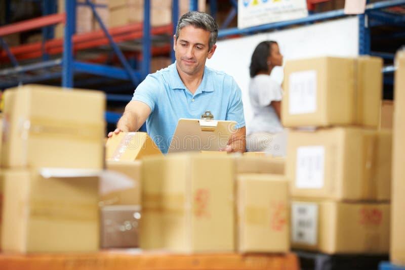 Εργαζόμενοι στην αποθήκη εμπορευμάτων που προετοιμάζουν τα αγαθά για την αποστολή στοκ φωτογραφίες με δικαίωμα ελεύθερης χρήσης