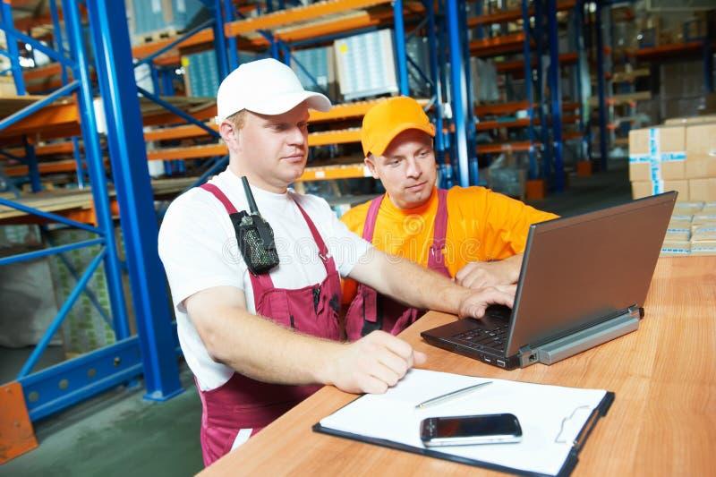 Εργαζόμενοι στην αποθήκη εμπορευμάτων στοκ φωτογραφίες