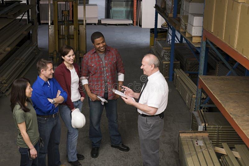 Εργαζόμενοι στην αποθήκη εμπορευμάτων στοκ εικόνες με δικαίωμα ελεύθερης χρήσης