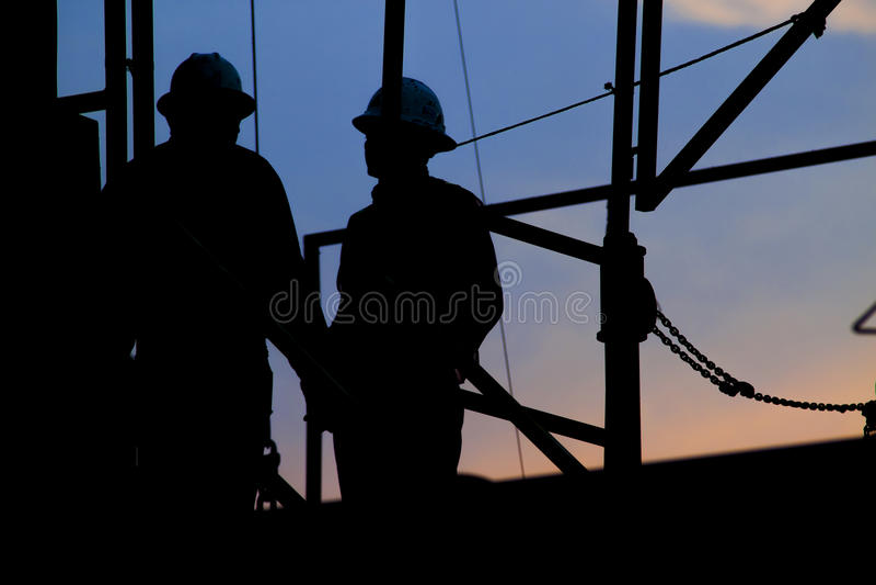 Εργαζόμενοι στην εγκατάσταση γεώτρησης στοκ φωτογραφίες με δικαίωμα ελεύθερης χρήσης