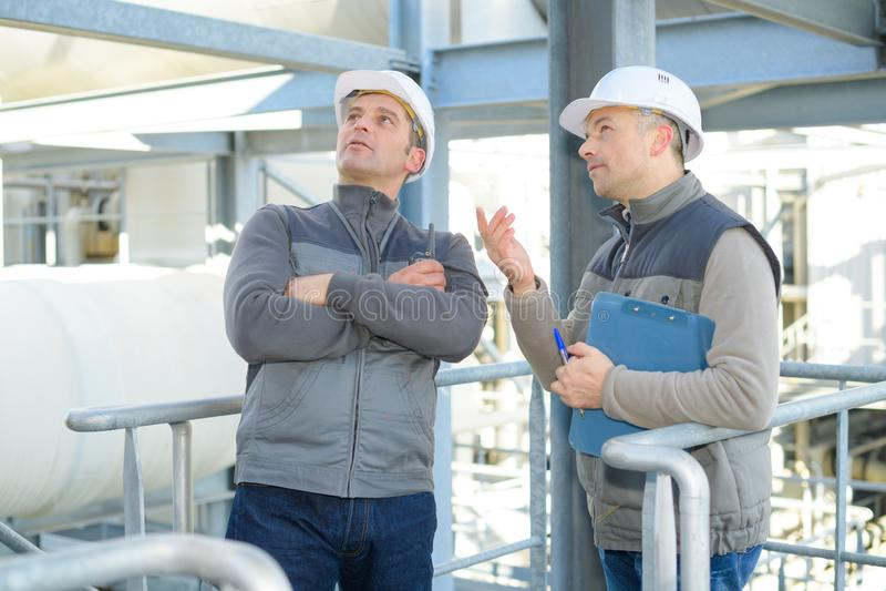 Εργαζόμενοι στο εργοστάσιο υπαίθρια στοκ φωτογραφία