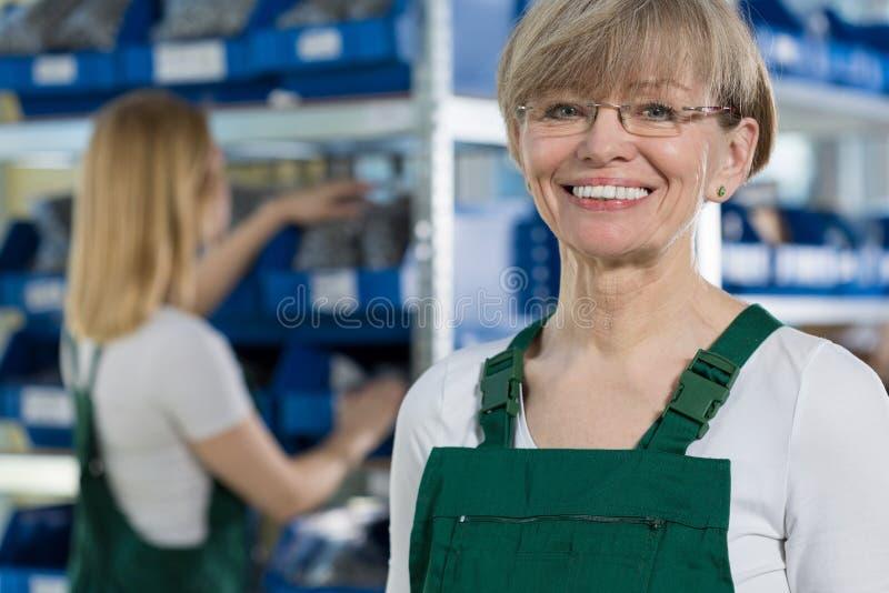Εργαζόμενος αποθηκών εμπορευμάτων θηλυκών στοκ εικόνες
