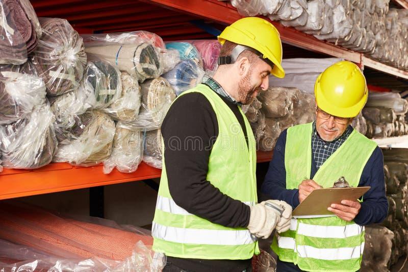 Εργαζόμενος αποθηκών εμπορευμάτων και συλλεκτική μηχανή διαταγής με τον πίνακα ελέγχου στοκ εικόνες με δικαίωμα ελεύθερης χρήσης