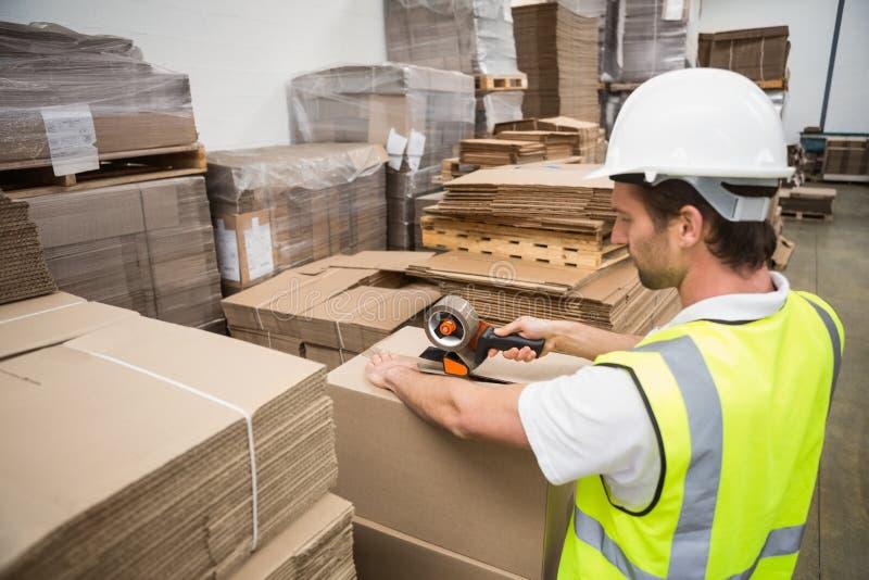 Εργαζόμενος αποθηκών εμπορευμάτων που προετοιμάζει μια αποστολή στοκ φωτογραφία