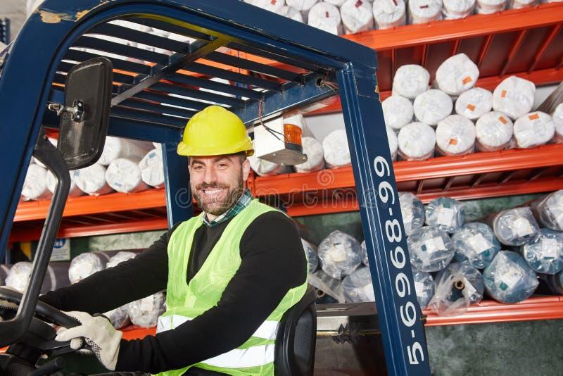 Εργαζόμενος αποθηκών εμπορευμάτων ως forklift οδηγό στην αποθήκη εμπορευμάτων στοκ φωτογραφία με δικαίωμα ελεύθερης χρήσης