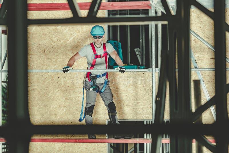 Εργαζόμενος ασφάλειας υλικών σκαλωσιάς στοκ εικόνες