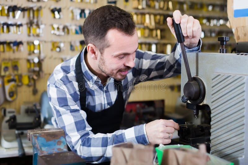 Εργαζόμενος ατόμων που εργάζεται στη διαμόρφωση του κλειδιού στοκ φωτογραφία με δικαίωμα ελεύθερης χρήσης