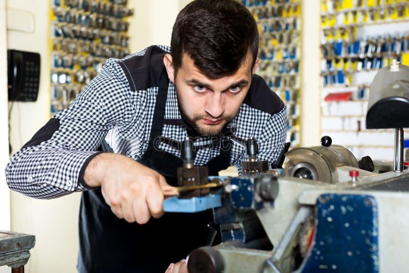 Εργαζόμενος ατόμων που εργάζεται στη διαμόρφωση του κλειδιού στοκ εικόνα με δικαίωμα ελεύθερης χρήσης