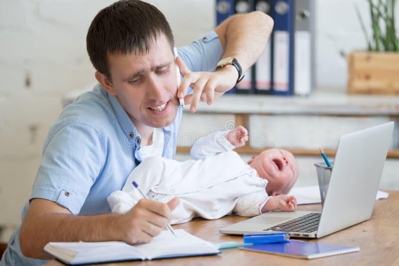 Εργαζόμενος γονέας με να φωνάξει babe στοκ εικόνες με δικαίωμα ελεύθερης χρήσης