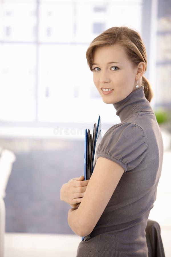 Εργαζόμενος γραφείων θηλυκών με τις γραμματοθήκες στοκ εικόνα