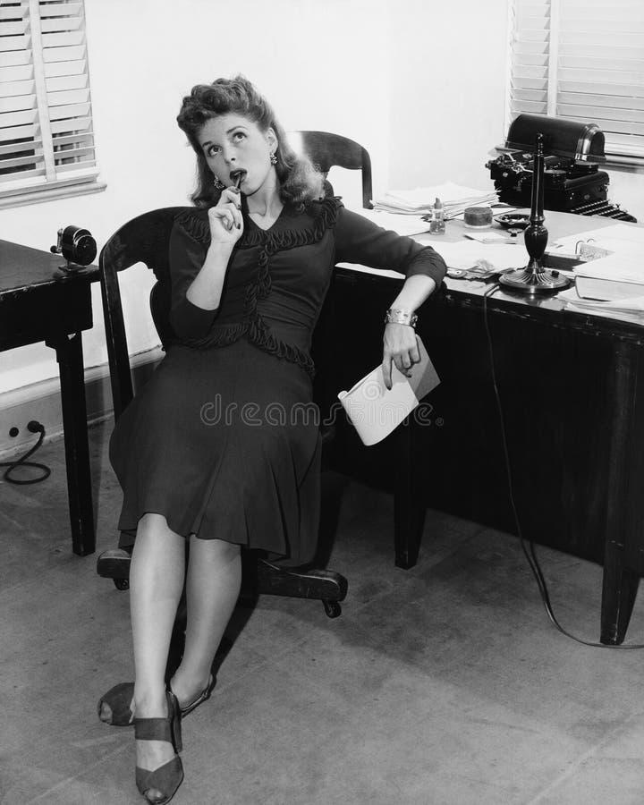 Εργαζόμενος γραφείων θηλυκών στη σκέψη (όλα τα πρόσωπα που απεικονίζονται δεν ζουν περισσότερο και κανένα κτήμα δεν υπάρχει Εξουσ στοκ φωτογραφία