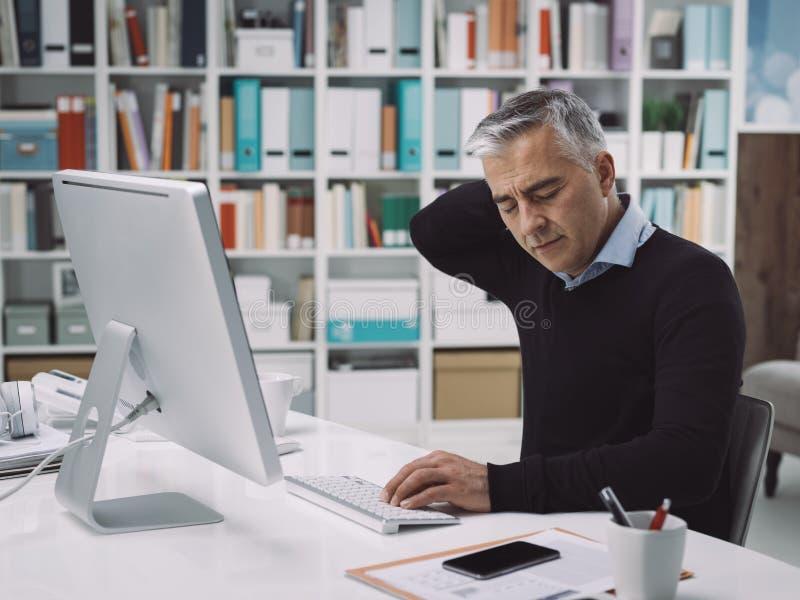 Εργαζόμενος γραφείων με τον πόνο λαιμών στοκ εικόνες