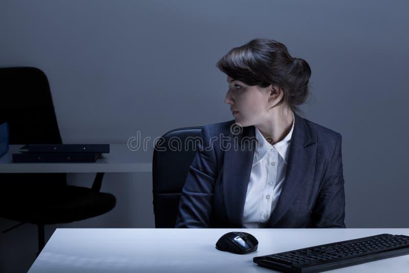 Εργαζόμενος γραφείων που είναι μόνος στοκ φωτογραφία με δικαίωμα ελεύθερης χρήσης
