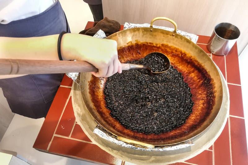 Εργαζόμενος ετοιμάζει μαργαριτάρια ταπιόκας για να φτιάξει τσάι στοκ φωτογραφία με δικαίωμα ελεύθερης χρήσης