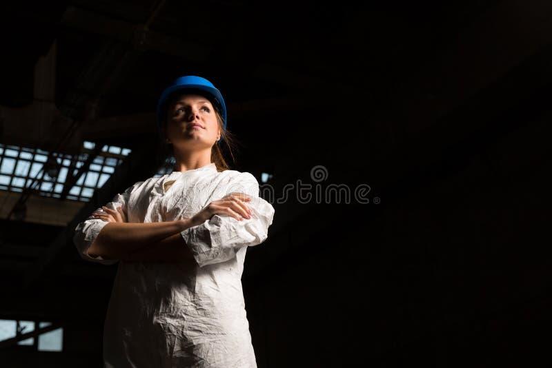Εργαζόμενος κοριτσιών στο εργοστάσιο στοκ εικόνες με δικαίωμα ελεύθερης χρήσης