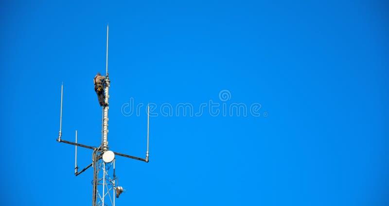Εργαζόμενος μεγάλου υψομέτρου που εργάζεται σε έναν ιστό κινητών τηλεφώνων στοκ φωτογραφία με δικαίωμα ελεύθερης χρήσης