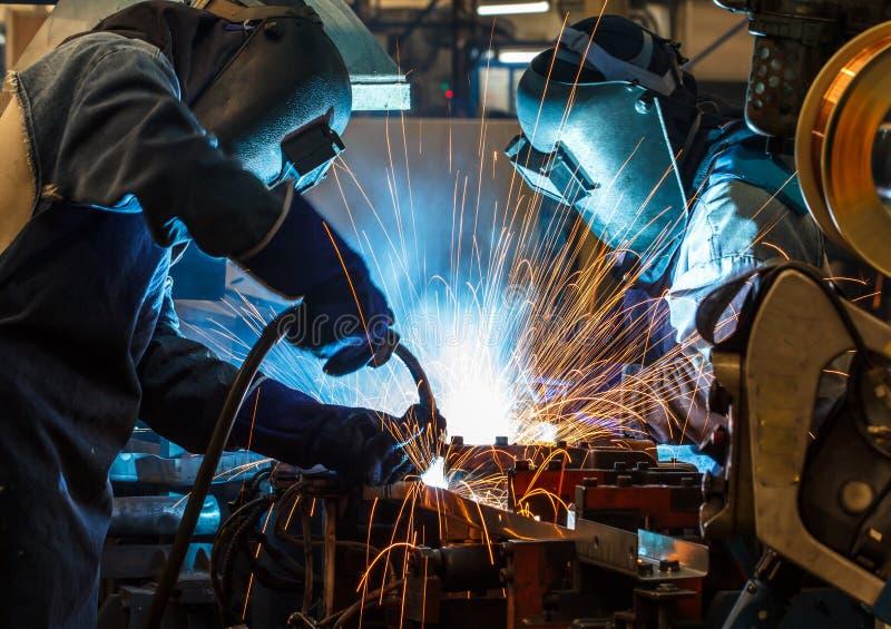 Εργαζόμενος με την προστατευτική βιομηχανία μετάλλων συγκόλλησης μασκών στοκ φωτογραφίες με δικαίωμα ελεύθερης χρήσης