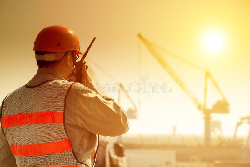 Εργαζόμενος με τη μεγάλη περιοχή γερανών στοκ εικόνα με δικαίωμα ελεύθερης χρήσης