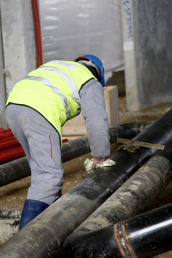Εργαζόμενος με τους σωλήνες στοκ φωτογραφία με δικαίωμα ελεύθερης χρήσης