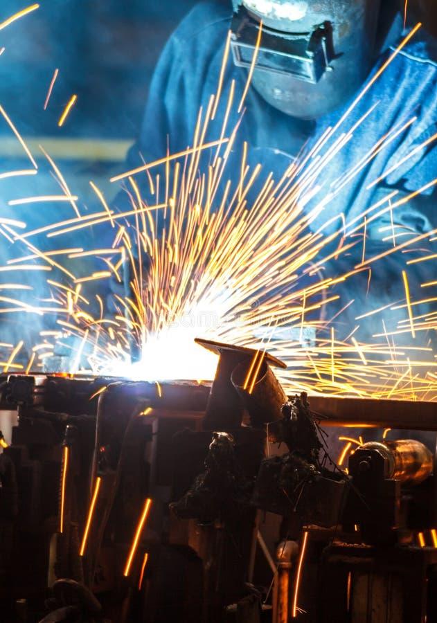 Εργαζόμενος με το προστατευτικό μέταλλο συγκόλλησης μασκών στοκ εικόνες