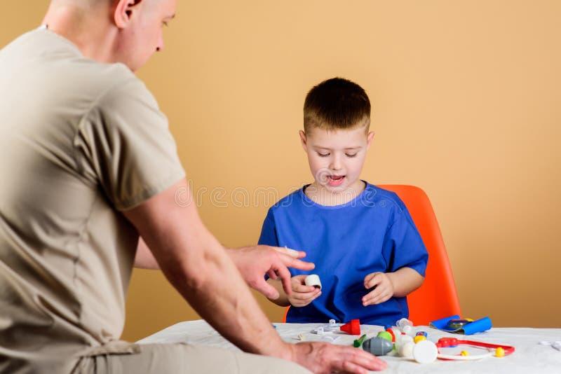 Εργαζόμενος νοσοκομείων Ιατρική υπηρεσία Εργαστήριο ανάλυσης Το παιδί λίγος γιατρός κάθεται τα επιτραπέζια ιατρικά εργαλεία ( στοκ εικόνες με δικαίωμα ελεύθερης χρήσης