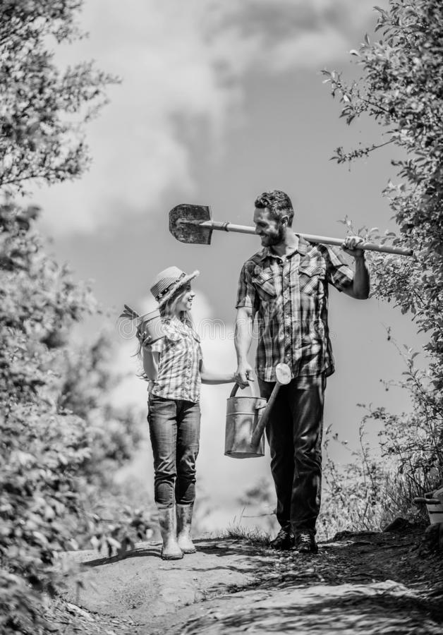 Εργαζόμενος παιδιών με το κιβώτιο λαβής μπαμπάδων οικογενειακή σύνδεση δευτερεύον χωριό χωρών άνοιξη πατέρας και κόρη στο Rancho  στοκ εικόνες