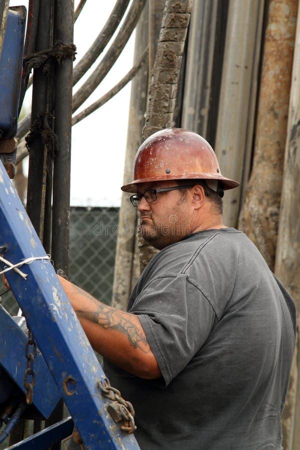 Εργαζόμενος πετρελαίου στην πετρελαιοπηγή που εγκαταλείπει τον τόπο του έργου στοκ εικόνα με δικαίωμα ελεύθερης χρήσης