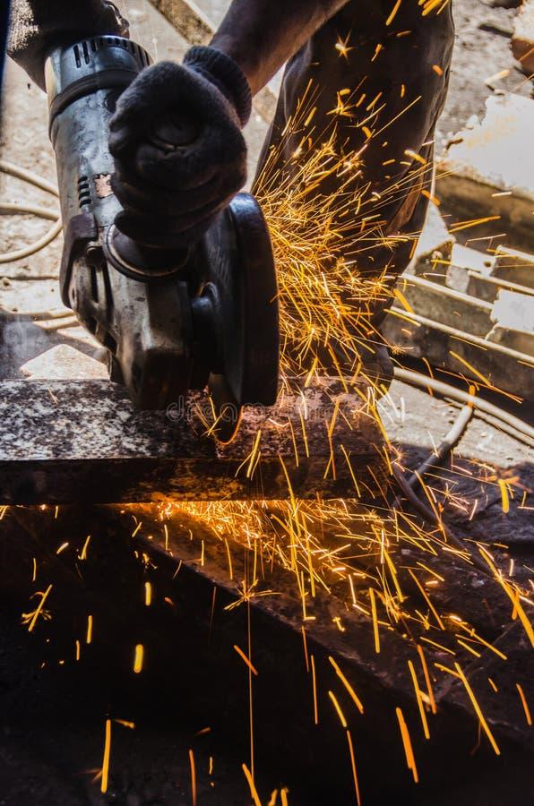 Εργαζόμενος που αλέθει ένα μεταλλικό πιάτο στοκ φωτογραφία με δικαίωμα ελεύθερης χρήσης