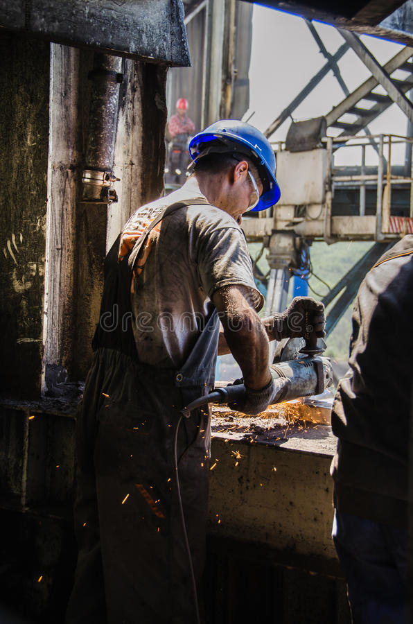 Εργαζόμενος που αλέθει ένα μεταλλικό πιάτο στοκ εικόνα με δικαίωμα ελεύθερης χρήσης