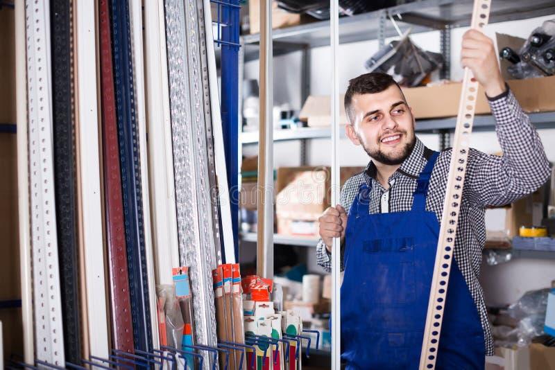 Εργαζόμενος που επιλέγει το πλαστικό τρόχισμα για τα κεραμίδια και τη δαπέδωση στο worksho στοκ φωτογραφίες με δικαίωμα ελεύθερης χρήσης
