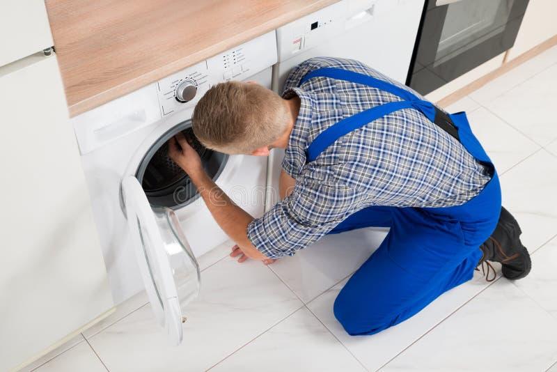Εργαζόμενος που κάνει το πλυντήριο στοκ φωτογραφία με δικαίωμα ελεύθερης χρήσης