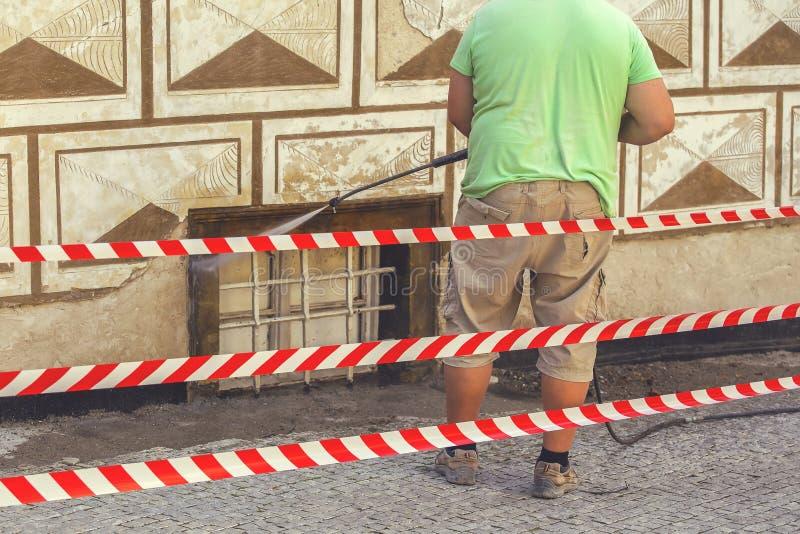 Εργαζόμενος που καθαρίζει το βρώμικο τοίχο με το νερό που πλένει 2 στοκ εικόνα με δικαίωμα ελεύθερης χρήσης
