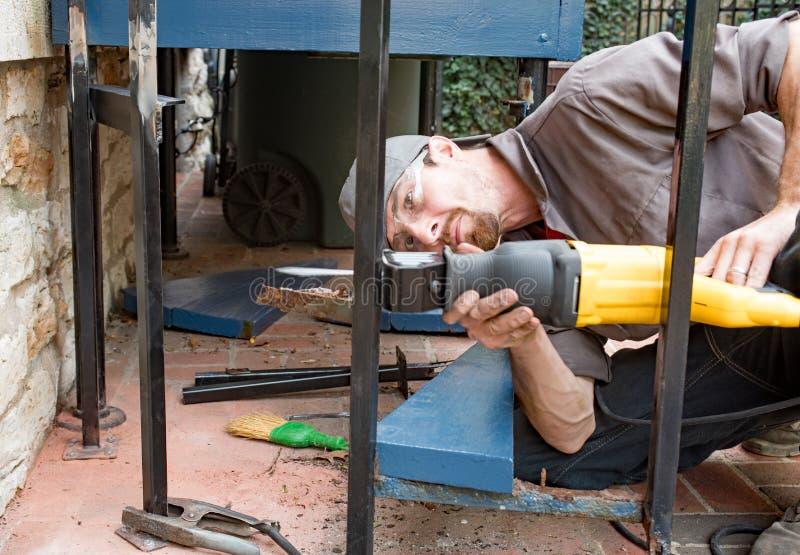 Εργαζόμενος που κόβει τη θέση επεξεργασμένου σιδήρου στοκ φωτογραφία με δικαίωμα ελεύθερης χρήσης