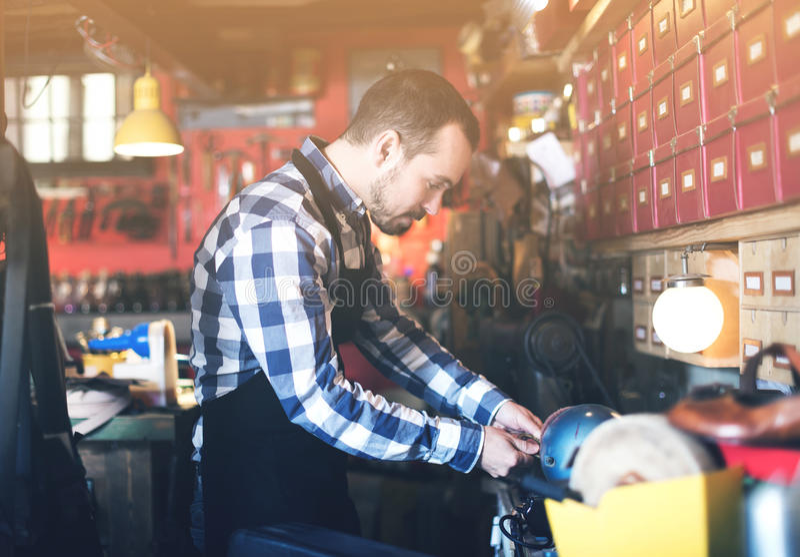 Εργαζόμενος που προετοιμάζει την πόρπη για τη ζώνη στοκ εικόνα με δικαίωμα ελεύθερης χρήσης