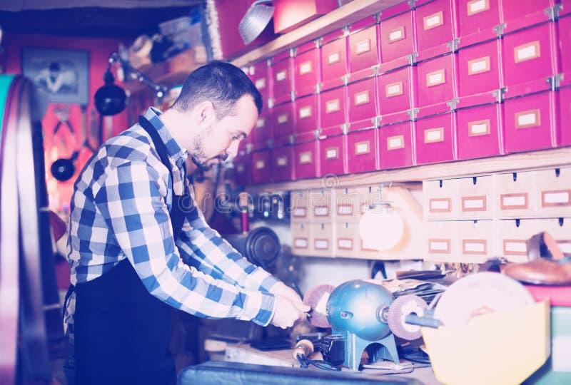 Εργαζόμενος που προετοιμάζει την πόρπη για τη ζώνη στοκ φωτογραφίες