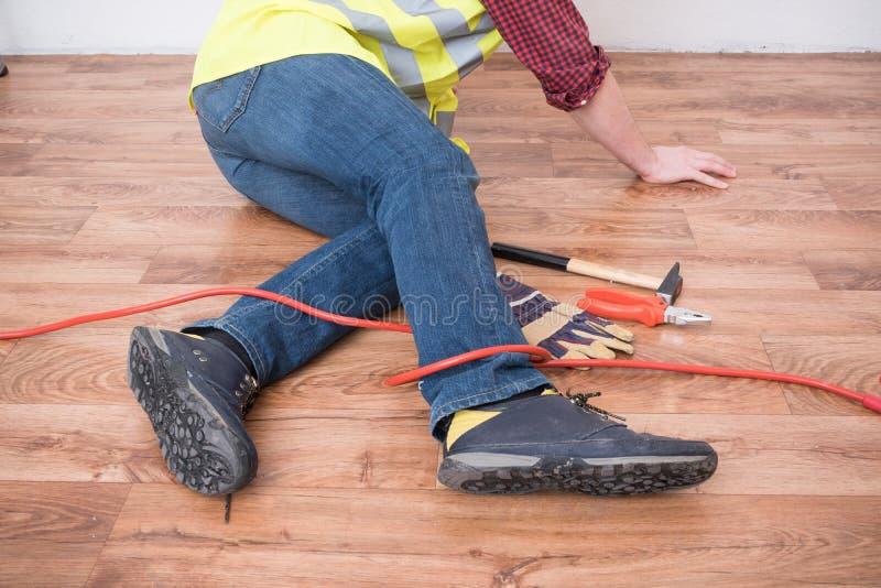 Εργαζόμενος που τραυματίζεται μετά από τη θέση σε λειτουργία στοκ φωτογραφία με δικαίωμα ελεύθερης χρήσης
